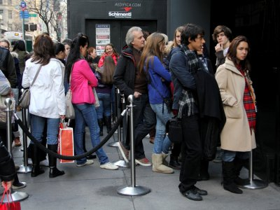 hollister-line-long-lines-waiting-wait-exclusive-shopping-shop-consumerism-bi-dng
